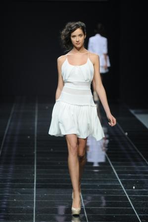 MOSKOU - 28 oktober: Het model loopt de landingsbaan op de Natalia Kolikhalova collectie voor Spring  Summer 2012 tijdens Volvo Fashion Week op 28 oktober 2011 in Moskou, Rusland Redactioneel