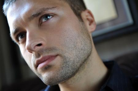 Homme headshot acteur de film d'action montrant charackter