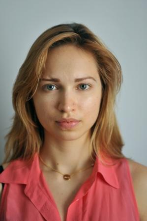 Portret van jonge Slavische model zonder make-up bij daglicht