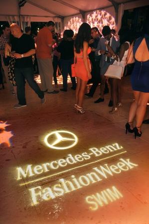 atender: MIAMI BEACH, FL - 18 de julio: Los hu�spedes asistir a la Semana de la Moda Mercedes-Benz Swim 2014 Official Kick Off Party en el Hotel Raleigh el 18 de julio de 2013 en Miami Beach, Florida Editorial