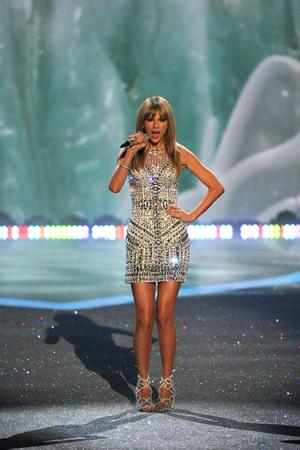 NEW YORK, NY - 13 november: De zanger Taylor Swift presteert op de 2013 Victoria's Secret Fashion Show op Lexington Avenue Armory op 13 november 2013 in New York City.