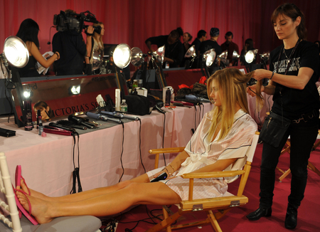 NEW YORK, NY - 13 novembre: Modello Constance Jablonski si prepara al 2013 Victoria 's Secret Fashion Show capelli e sala trucco al Lexington Avenue Armory il 13 novembre 2013 a New York City.