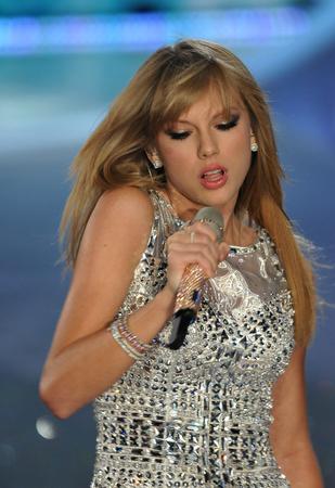 NEW YORK, NY - 13 november: De zanger Taylor Swift presteert bij de 2013 Victoria's Secret Fashion Show in Lexington Avenue Armory op 13 november 2013 in New York.