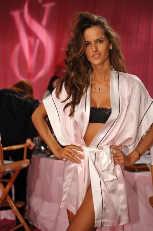 NEW YORK, NY - 13 novembre: Modello Izabel Goulart posa al 2013 Victoria 's Secret Fashion Show capelli e sala trucco al Lexington Avenue Armory il 13 Novembre 2013 a New York City.