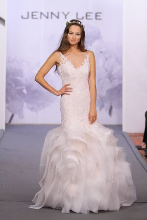 NEW YORK, NY - 옥토버 12 일 : 모델은 뉴욕시에서 2013년 10월 12일에 호텔 월 도프 아스토리아에서 제니 리 2014 신부 컬렉션 쇼에서 활주로 걸어.