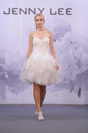 뉴욕, NY - 10 월 12 일 : 모델은 뉴욕시에서 2013년 10월 12일에 호텔 월 도프 아스토리아에서 제니 리 2014 신부 컬렉션 쇼에서 활주로를 안내합니다.