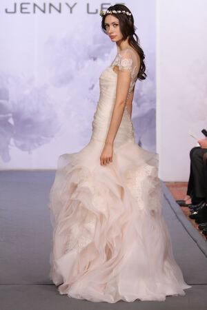 뉴욕, 뉴욕 -10 월 12 일 : 모델 뉴욕시에서 2013 년 10 월 12 일에 호텔 월 도프 아스토리아에서 제니 리 2014 신부 컬렉션 쇼에서 활주로 걸어