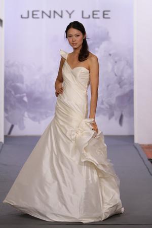 뉴욕, 뉴욕 -10 월 12 일 : 모델 제니 리 2014 신부 컬렉션 쇼 호텔 월 도프 아 스 토리 아에서 2013 년 10 월 12 일에 뉴욕시에서 활주로를 안내합니다.