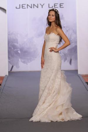 뉴욕, 뉴욕 -10 월 12 일 모델은 뉴욕시에서 2013 년 10 월 12 일 호텔 월 도프 아스토리아에서 제니 리 2014 신부 컬렉션 쇼에서 활주로 걸어
