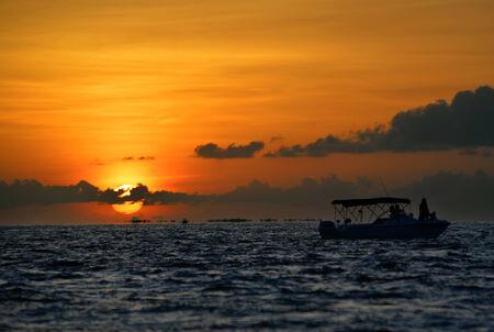 clave sol: La puesta del sol famosa en Key West, FL con el barco silueta againt el sol