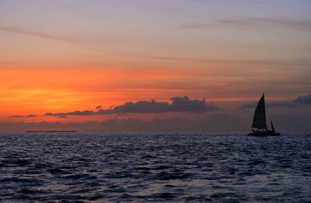 llave de sol: La puesta del sol famosa en Key West, FL con el barco silueta againt el sol