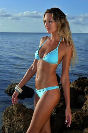 bikini bleu: Beau mod�le posant t�t le matin � l'oc�an en bikini bleu