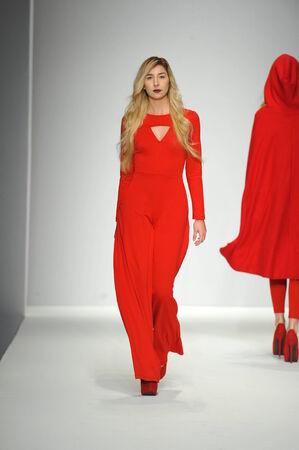 ロサンゼルス、カリフォルニア州 - 13 3 月: モデル スタイル ファッション週間秋 2014 年に LA ライブ イベント デッキ 2014 年 3 月 13 日 la の中を歩くロ