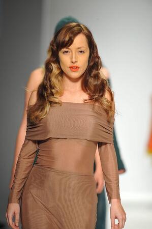 ロサンゼルス、カリフォルニア州 - 3 月 13 日: モデル徒歩スタイル ファッション週秋 2014 年は LA ライブ イベント デッキで 2014 年 3 月 13 日 LA での中 報道画像