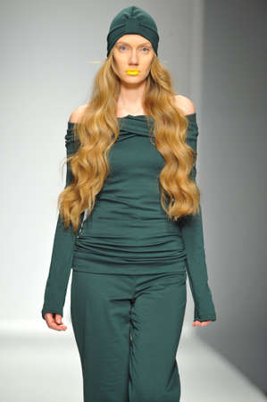 LA에서 2014 년 3 월 13 일에 LA 라이브 이벤트 갑판에서 스타일 패션 주 가을 2014 동안 로사리오 패션쇼에서 활주로를 걷는 로스 앤젤레스, 캘리포니아 -3