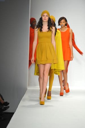 ロサンゼルス、カリフォルニア州 - 3 月 13 日: モデル徒歩スタイル ファッション週間秋 2014 年に LA ライブ イベント デッキに 2014 年 3 月 13 日 la 中に