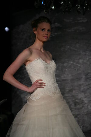 뉴욕, 뉴욕 -4 월 12 일 : 모델 뉴욕시에서 2014 년 4 월 12 일에 제니 리 봄 2015 신부 컬렉션 쇼에서 활주로 걸어