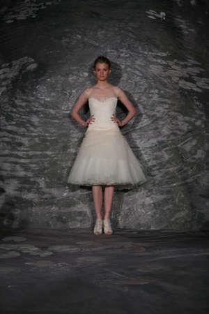 뉴욕, NY - 4 월 12 일 : 모델은 뉴욕시 4 월 12 2014 제니 리 봄 2015 신부 컬렉션 쇼에서 활주로를 안내합니다. 스톡 콘텐츠 - 27559229