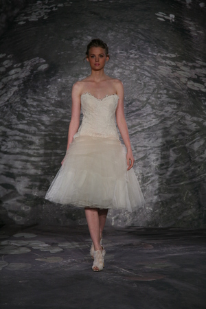 뉴욕, 뉴욕 -4 월 12 일 : 모델 2014 년 4 월 12 일 뉴욕시에서 제니 리 봄 2015 신부 컬렉션 쇼에서 활주로 산책.