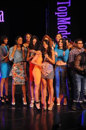 top model: NEW YORK - AUGUSTUS 07: Winnaar van Top Model Latina 2014 Verónica Montano (oranje jurk) bij Top Model Latina 2014 Symphony Space NY, 7 augustus 2014 in New York NY