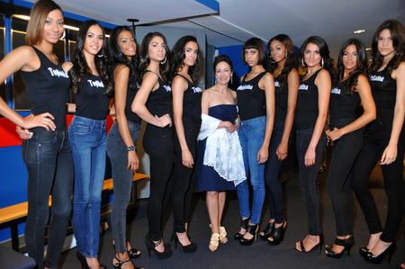 top model: NEW YORK - AUGUSTUS 07: Modellen lineup backstage met rechters voordat Top Model Latina 2014 wedstrijd op Symphony Space NY, 7 augustus 2014 in New York NY