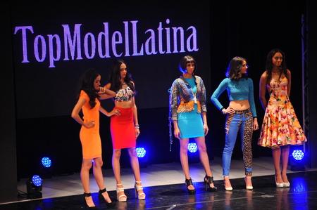 top model: NEW YORK - AUGUSTUS 07: Modellen concurreren op het podium van Top Model Latina 2014 Symphony Space NY, 7 augustus 2014 in New York NY