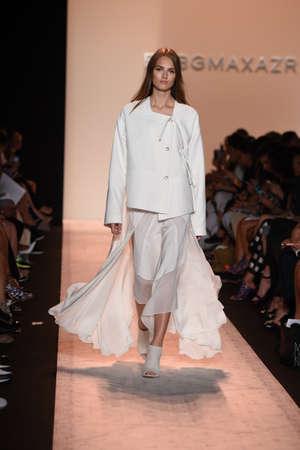 뉴욕, 뉴욕 -9 월 4 일 : 모델 2014 년 9 월 4 일 뉴욕시에서 메르세데스 - 벤츠 패션 위 크 봄 2015 동안 BCBGMAXAZRIA에서 활주로를 안내합니다.