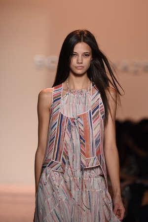 뉴욕, 뉴욕 - 9 월 04 일 : 모델은 뉴욕시에서 2014년 9월 4일에 메르세데스 - 벤츠 패션 위크 봄 2015 동안 BCBGMAXAZRIA 활주로를 안내합니다.