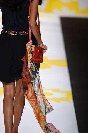 뉴욕, 뉴욕 -9 월 4 일 : 모델 2014 년 9 월 4 일 뉴욕시에서 메르세데스 - 벤츠 패션 위 크 봄 2015 동안 Desigual에서 활주로를 안내합니다.