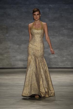 뉴욕, 뉴욕 -9 월 10 일 : 모델 20.2 년 9 월 10 일에 뉴욕시에서 메르세데스 - 벤츠 패션 위 크 봄 2015 동안 b 마이클 아메리카 패션 쇼에서 활주로 산책