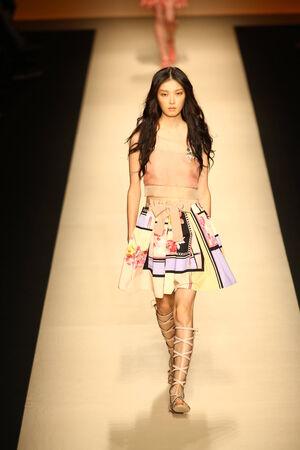 MILAN, ITALIE - SEPTEMBRE 17: Un modèle marche la piste pendant le spectacle Alberta Ferretti dans le cadre de Milan Fashion Week Mode Femme Printemps  Eté 2015 le 17 Septembre 2014, Milan, Italie.