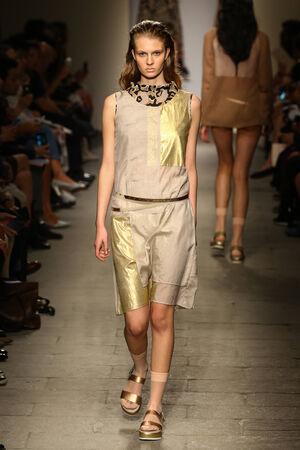 밀라노, 이탈리아 -9 월 20 일 : 모델 밀라노, 이탈리아에서 2014 년 9 월 20 일에 밀라노 패션 위크 Womenswear 봄 2015의 일환으로 Cividini 쇼 활주로 산책.