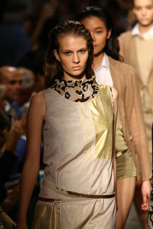 밀라노, 이탈리아 -9 월 20 일 : 모델 밀라노, 이탈리아에서 2014 년 9 월 20 일에 밀라노 패션 위크 Womenswear 봄 2015의 일환으로 Cividini 쇼에서 활주로 피날레