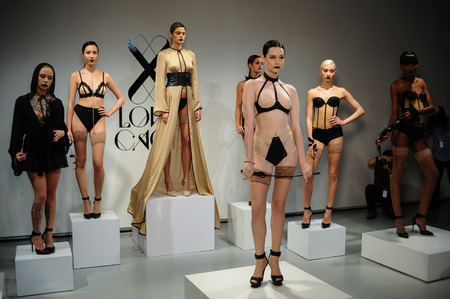 NEW YORK, NY - 25 oktober: De modellen sexy stel tijdens Liefde Cage Lente 2015 lingerie presentatie op het Centrum 548 op 25 oktober 2014 in New York City.