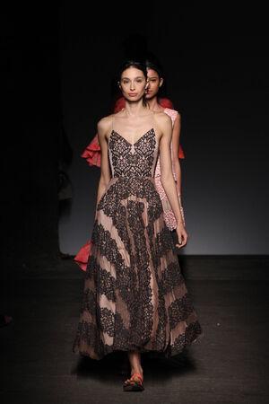 뉴욕, 뉴욕 -9 월 7 일 : 모델 트레이시리스에서 메르세데스 - 벤츠 패션 위 크라 스 봄 2015 아트 빔에서 2014 년 9 월 7 일에 뉴욕시에서 활주로 걸어. 에디토리얼