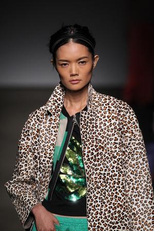 뉴욕, 뉴욕 -9 월 7 일 : 모델 트레이시리스에서 2014 년 9 월 7 일 뉴욕시에서 아트 빔에서 메르세데스 - 벤츠 패션 위 크 봄 2015 동안 활주로를 안내합니다.