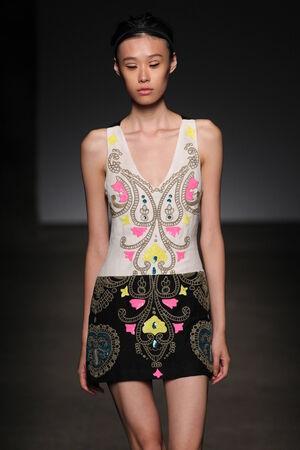 뉴욕, 뉴욕 -9 월 7 일 : 모델 트레이시리스에서 2014 년 9 월 7 일 뉴욕시에서 아트 빔에서 메르세데스 - 벤츠 패션 위 크 봄 2015 동안 활주로를 안내합니다