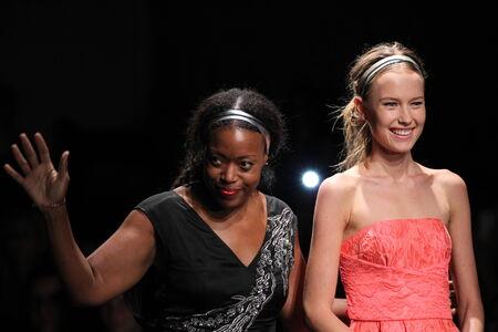 뉴욕, 뉴욕 -9 월 7 일 : 디자이너 트레이시 Reese (L) 및 모델 트레이시리스에서 2014 년 9 월 7 일에 뉴욕시에서 메르세데스 - 벤츠 패션 위 크 봄 2015 아트 빔에서 활주로 산책.