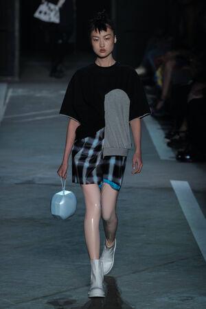 뉴욕, 뉴욕 -9 월 9 일 : 모델 징 웬 피치 94 9 월 9 일 뉴욕에서 메르세데스 - 벤츠 패션 위 크 스프링 2015 9 월 9 일 동안 마크 제이콥스 패션쇼에서 활주로  에디토리얼