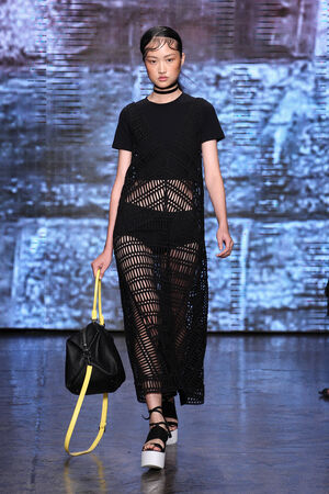 뉴욕, 뉴욕 -9 월 7 일 : Model Jing Wen은 뉴욕에서 2014 년 9 월 7 일 547 West 26th Street의 메르세데스 - 벤츠 패션 위크 봄 2015 동안 DKNY에서 활주로를 걷는다.