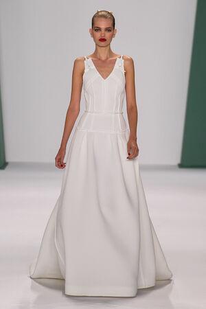 daphne: NUEVA YORK, NY - 08 de septiembre: Modelo Daphne Groeneveld caminar por la pista de aterrizaje en el desfile de moda Carolina Herrera durante MBFW primavera de 2015 en el teatro en el Lincoln Center el 8 de septiembre de 2014 en Nueva York.