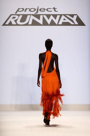 sean: NEW YORK, NY - 05 settembre: Un modello cammina la pista alla Project Runway (Sean Kelly) spettacolo durante MBFW primavera 2015 al Lincoln Center il 5 settembre 2014 a New York