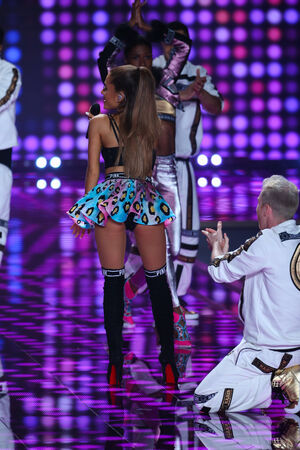 performs: LONDRA, INGHILTERRA - 2 dicembre: Singer Ariana Grande effettua sul palco durante il 2014 di Victoria Secret Fashion Show il 2 dicembre 2014 a Londra, Inghilterra. Editoriali