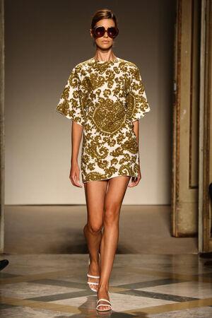 Milánó, Olaszország - szeptember 17: A modell sétál kifutópálya alatt Chicca Lualdi show, mint egy része a milánói Fashion Week Womenswear tavasz  nyár 2015 szeptember 17-én 2014 Milánó, Olaszország. Sajtókép