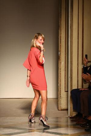 MILAN, OLASZORSZÁG - 17. SZEPTEMBER: A Chicca Lualdi divattervező Chicca Lualdi bemutatója után üdvözli a közönség tapsát a milánói Fashion Week nyáron, 2014. szeptember 17-én Milánóban, Olaszországban.