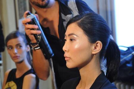Milánó, Olaszország - szeptember 17: Az általános hangulat a színfalak mögött során Chicca Lualdi műsor részeként Milan Fashion Week Womenswear tavasz  nyár 2015 szeptember 17-én 2014 Milánó, Olaszország.