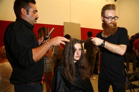 Milánó, Olaszország - szeptember 17: A modell készül backstage során Francesco Scognamiglio műsor részeként Milan Fashion Week Womenswear tavasz  nyár 2015 szeptember 17-én 2014 Milánó, Olaszország. Sajtókép