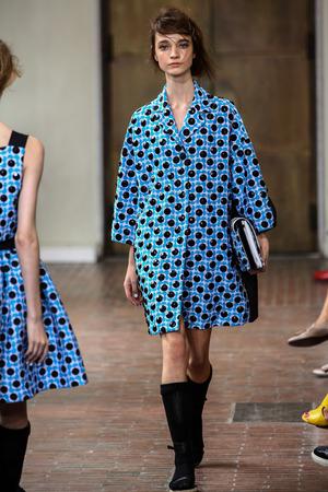 Milánó, Olaszország - szeptember 17: A modell sétál a kifutópályán során VAGYOK Isola Marras show része Milan Fashion Week Womenswear tavasz  nyár 2015 szeptember 17-én 2014 Milánó, Olaszország.