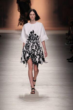 밀라노, 이탈리아 -9 월 19 일 : 모델 밀라노, 이탈리아에서 2014 년 9 월 19 일에 밀라노 패션 위크 Womenswear 봄  여름 2015의 일환으로 Blumarine 쇼 중 활주로