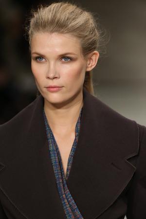 뉴욕, 뉴욕 -2 월 12 일 : 모델 2015 년 2 월 12 일 뉴욕시에서 2 월 12 일 링컨 센터에서 관에서 메르세데스 벤츠 패션 위크 가을 겨울 2015 동안 코스텔레 Tagli